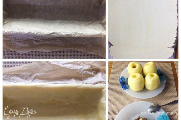 Форму для запекания пирога (у меня форма для кекса 30Х10 см) застелить пекарской бумагой. Тесто раскатать в пласт толщиной около 0,5 см и выложить в форму, формируя бортики. Излишки теста обрезать.
