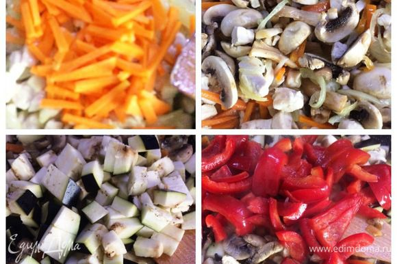 Когда куриное филе посветлело, отправляем в сковородку произвольно нарезанную морковь, тушим. Добавляем по очереди грибы, немного тушим смесь. Затем баклажан, красный болгарский перец. Аккуратно перемешиваем.