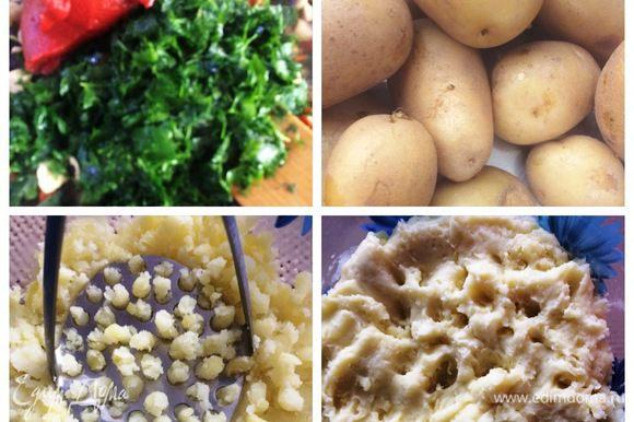 К полученной курино-овощной смеси добавляем томатное пюре и зелень петрушки. Тушим все вместе. Солим, перчим по вкусу и добавляем итальянские травки. Я еще добавила немного замороженного базилика. Вареный картофель чистим и разминаем. Добавляем оливковое масло, соль, 2 чубчика толченного чеснока и яичный белок. Все тщательно перемешиваем (я воспользовалась погружным блендером).