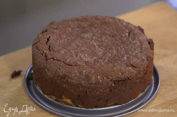 Выпекать в разогретой духовке 25 минут, готовый пирог посыпать какао.
