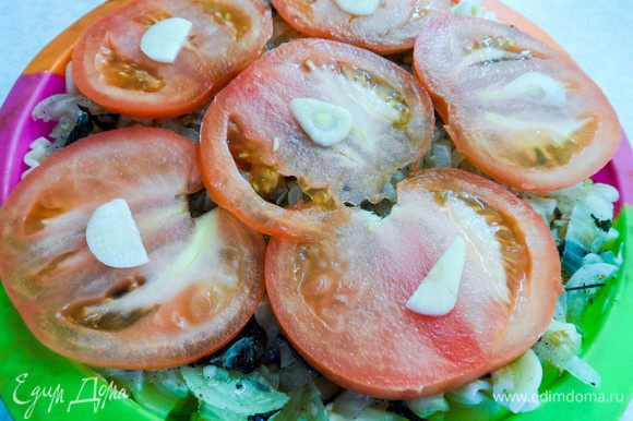Сверху выкладываем тонко нарезанные дольки помидора, а на них — чеснок. Покрываем будущую запеканку тертым сыром и отправляем в духовку на 10 — 15 минут (при температуре 180°С).