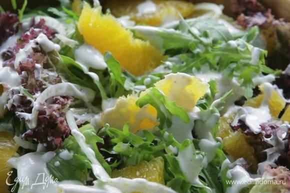 Полить салат заправкой, присыпать мятой и подавать.