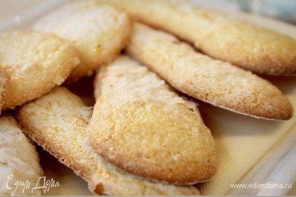Готовому печенью дать постоять минуты 3 — 4, после осторожно снять с противня и остудить на решетке.