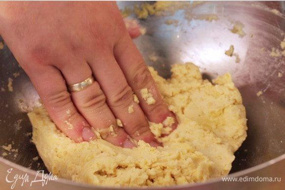 Вымесить тесто и поставить подойти на 30 минут в теплое место.