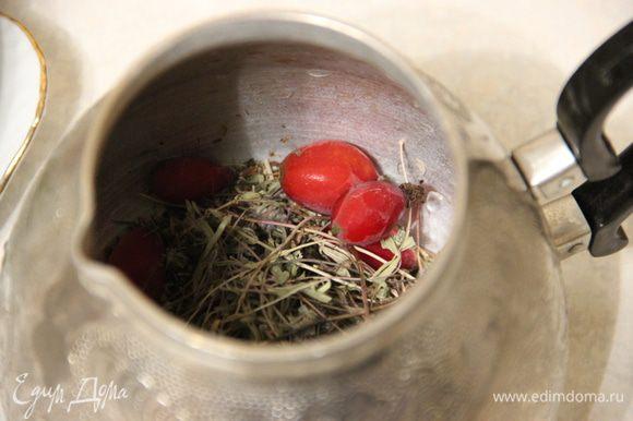Туда же — ягоды: шиповник и рябину. Заливаем все это кипятком и оставляем настаиваться.