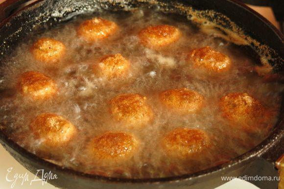 Аналогично обжариваем оливки в сухарях, порционно.