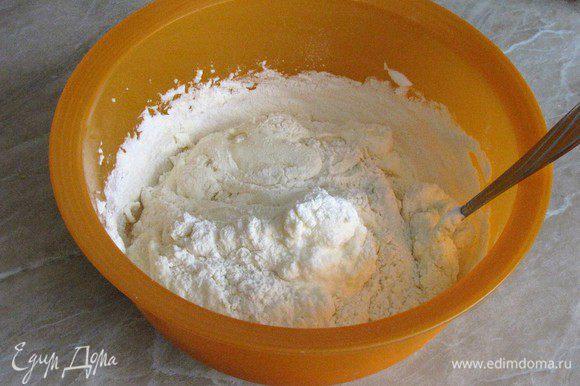 К желткам поочередно добавлять взбитые белки и муку, аккуратно перемешивая.