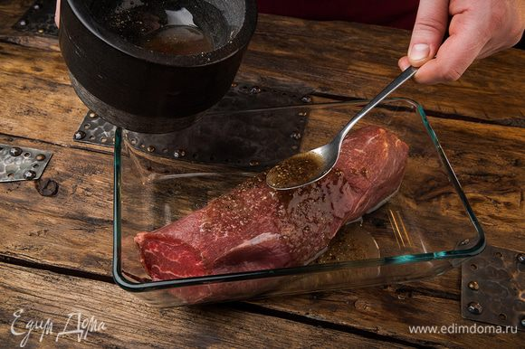 Натереть этой смесью мясо.