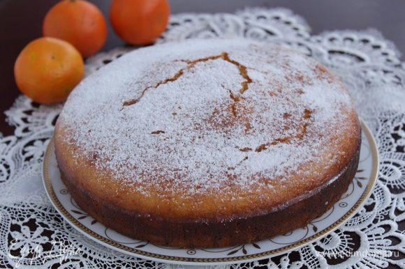 Еще теплый кекс посыпать сахарной пудрой.