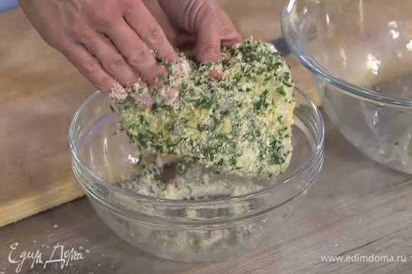 Рыбное филе обмакнуть в яйцо и со всех сторон обвалять в сухарях с травами, затем снова обмакнуть в яйцо и еще раз обвалять в сухарях.