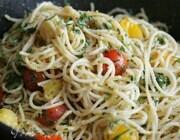 Макароны с помидорами, базиликом и пармезаном