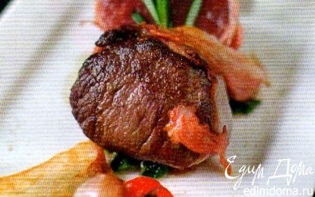 Рецепт Филе оленя с грибными рулетами и шоколадным соусом