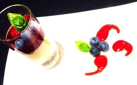 """Рецепт """"Папагело"""" - базиликовая панна котта с малиновым желе"""