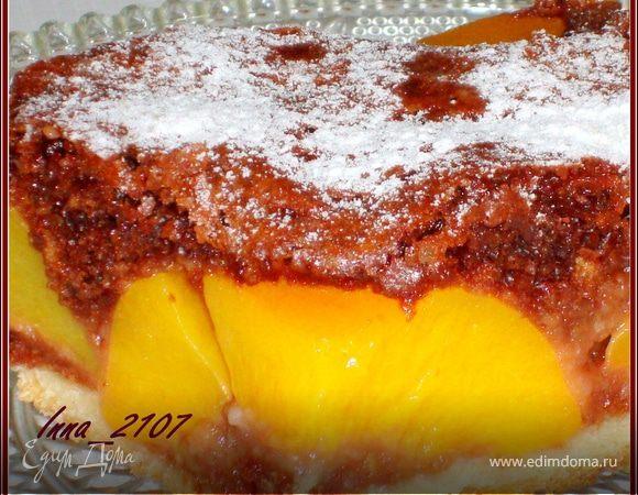 Пирог шоколадный с персиками