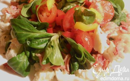 Рецепт Овощной салат с моцареллой и хрустящей грудинкой