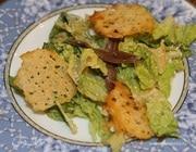 Салат «Цезарь» с чипсами из пармезана