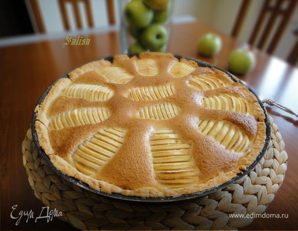 Яблочные ломтики в крем-брюле на песочном тесте