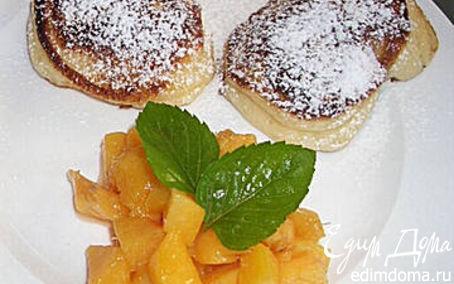 Рецепт Творожные оладьи с персиковым соусом.