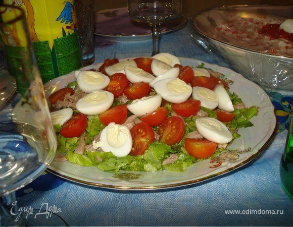 Салат с мясом, помидорками черри и с перепелиными яйцами