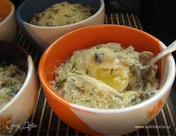 Яйца с рисом,запечённые в соусе из шампиньонов