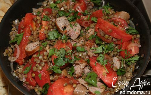 Рецепт Салат из чечевицы с помидорами и колбасками