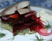 Угорь с маковыми оладушками и салатом из свеклы и яблок