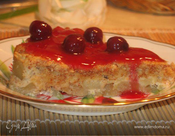 Миндальный яблочный пирог с вишневым соусом