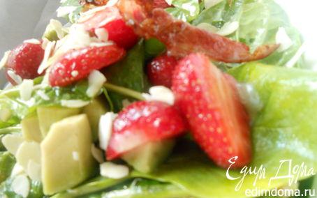 Рецепт Салат со шпинатом, клубникой и хрустящим беконом