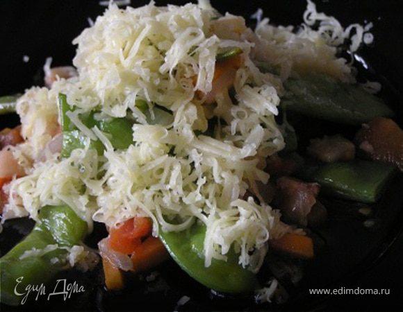 Молодые стручки фасоли с беконом и овощами