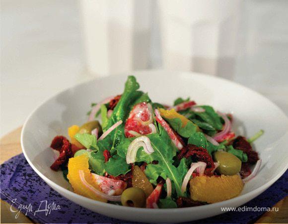 Салат аругула с зелеными оливками, вялеными томатами и салями