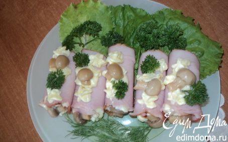 Рецепт Рулетики закусочные с ветчиной, сыром и грибами.
