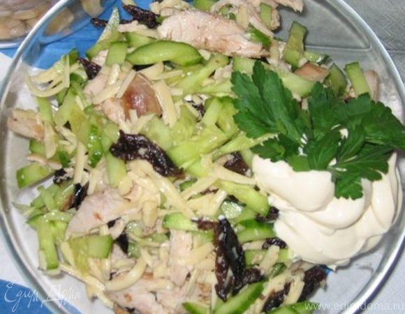 Салат куриный с черносливом и кедровыми орешками
