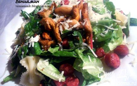 Рецепт Салат с пастой, лисичками и копчеными колбасками