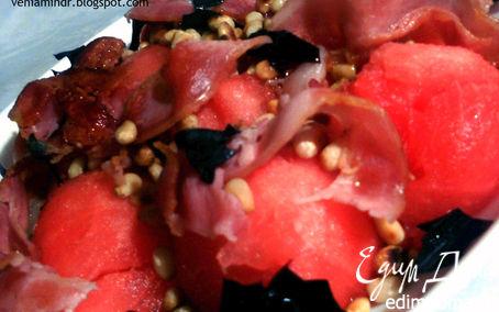 Рецепт Салат с арбузом, хрустящим беконом и кедровыми орешками
