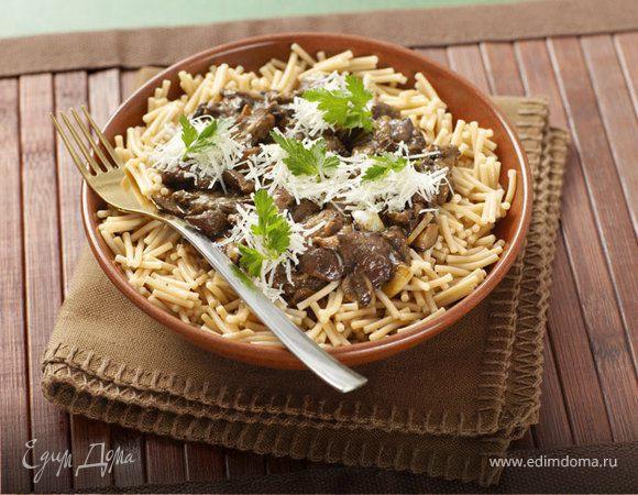 Теплый салат из темной пасты с белыми грибами