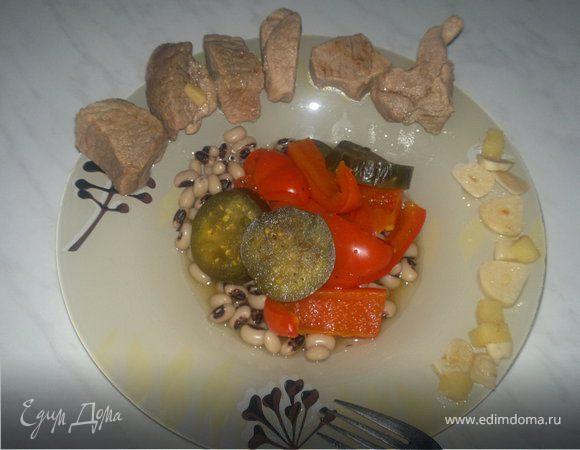 Свинина бальзамик с пикантным соусом и фасолью с овощами