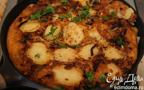 Рецепт Тортилья с купатами, луком и картофелем
