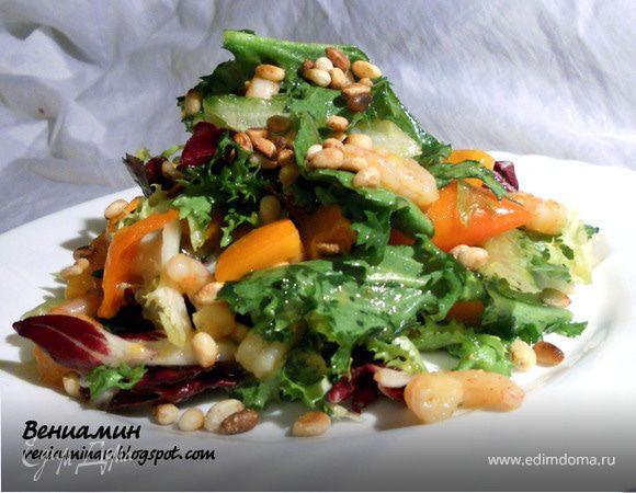 Салат с креветками, хурмой и кедровыми орехами