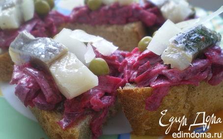 Рецепт Мини-бутерброды со свеклой и сельдью.