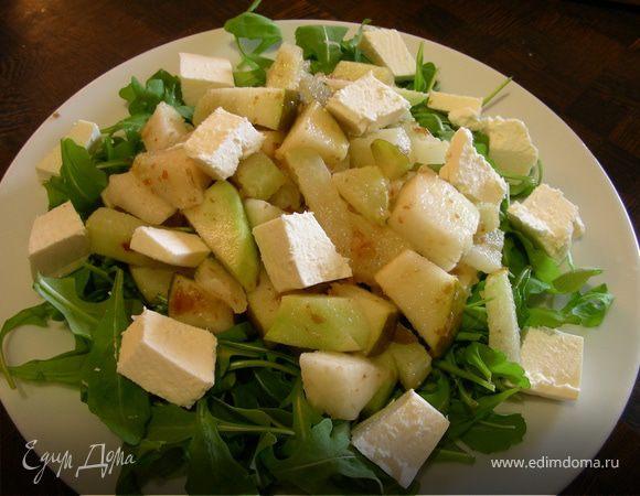 Салат из кольраби с грушой, финиками и фетой