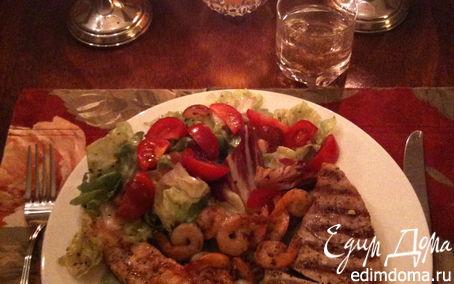 Рецепт Рыба и креветки гриль на подушке из пюре из авокадо с салатом
