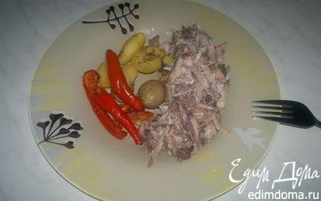 Рецепт Печеный молодой картофель, лук и перец и кролик в красном вине.