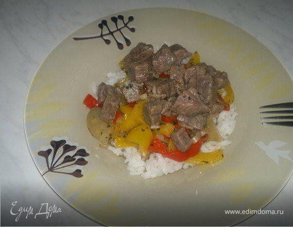 Говядина с чесноком, имбирем и табаско + рассыпчатый рис и чатни из сладких перцев.