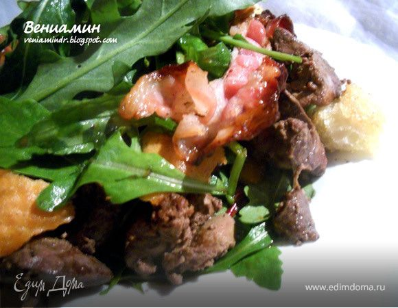 Теплый салат с печенью, сладким перцем и хрустящим беконом