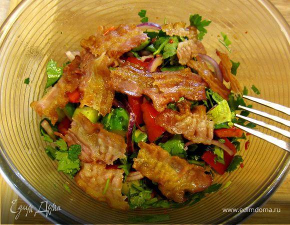 Салат с огурцом, сладким перцем и чипсами из бекона