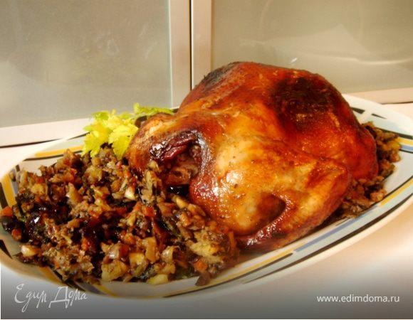 Запечённая курица,фаршированная орехами и черносливом