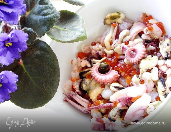 Салат из морского коктейля и красной икры