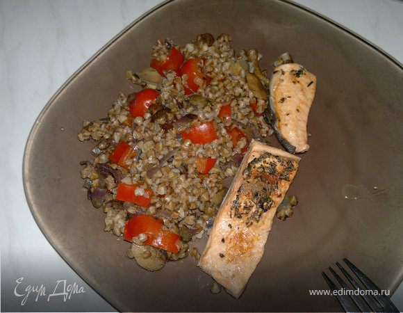 Гречка с овощами, грибами и форель в собственном соку