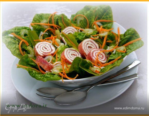 Зелёный салат с рулетиками из салями и с заправкой из гомасио