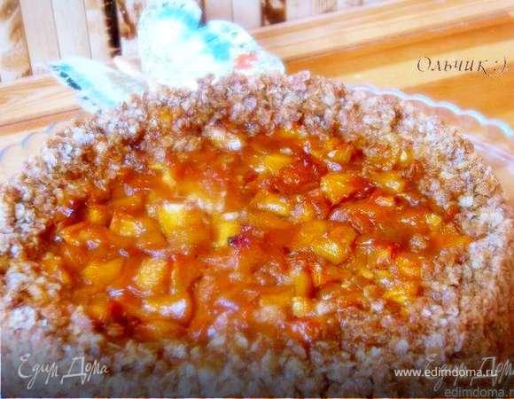 Овсяный пирог с творожным кремом и фруктами в карамели
